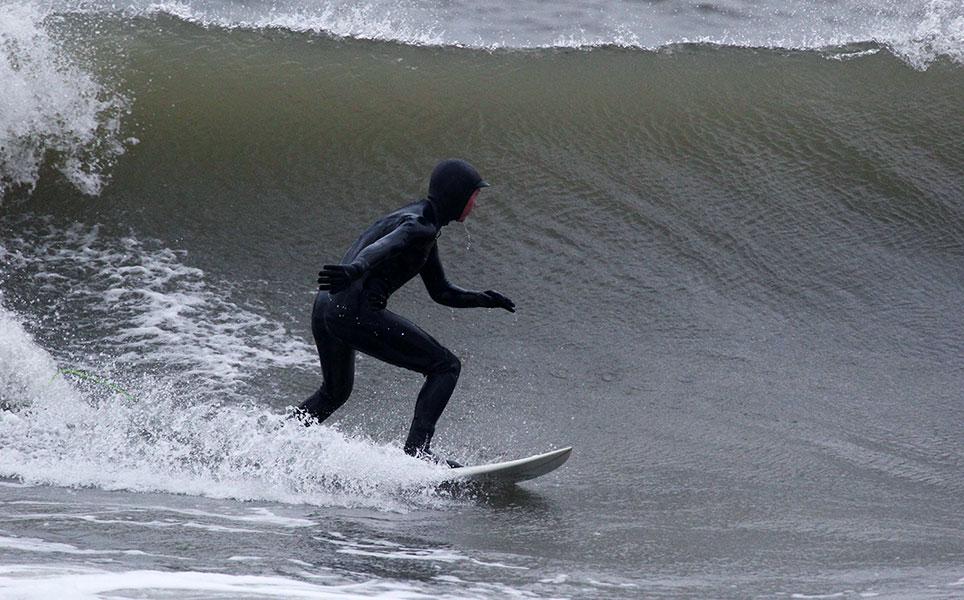 Padomi un ieteikumi, kā noķert prieku aukstā ūdenī. Arī salīgākām meitenēm ar atbilstošu hidrotērpu, sērfošana augstā ūdenī ir pieejama izklaide.