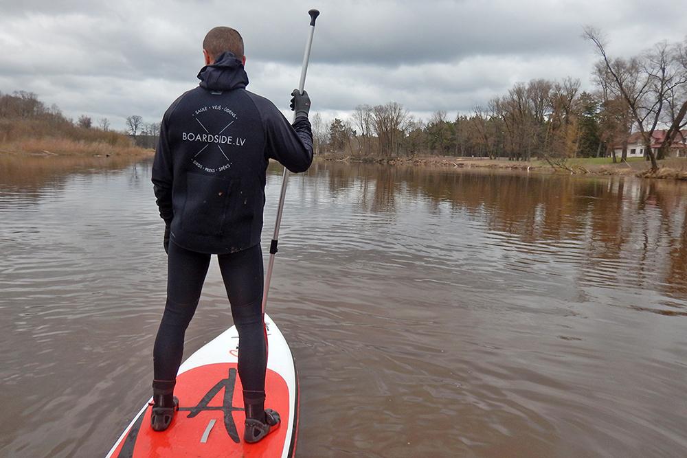 Agrā pavasara SUP dēļu sesija Gaujas upē. Padomi un ieteikumi, kā noķert prieku aukstā ūdenī.